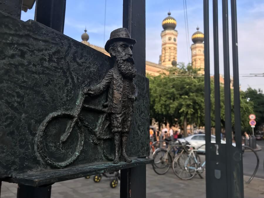 The mini statue of Theodor Herzl