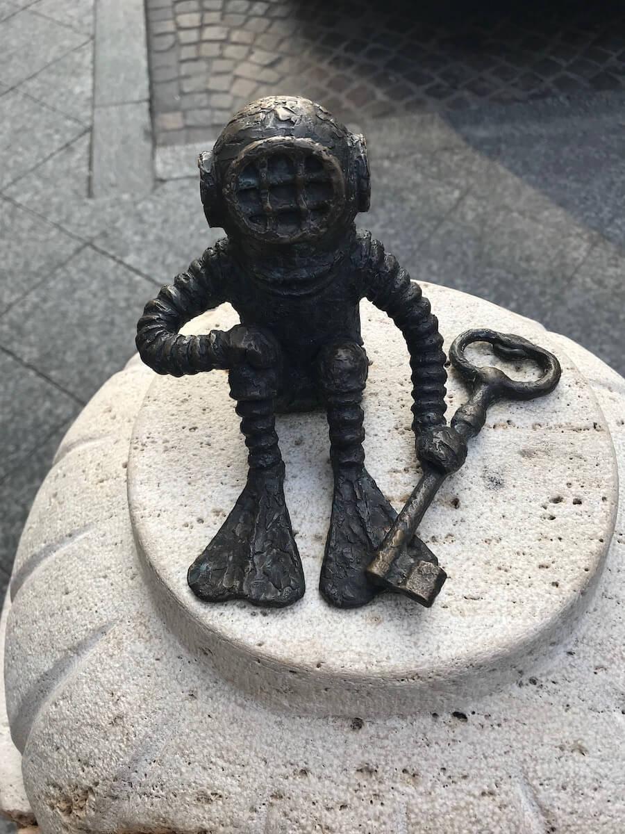 The diver & the key of the New York Café